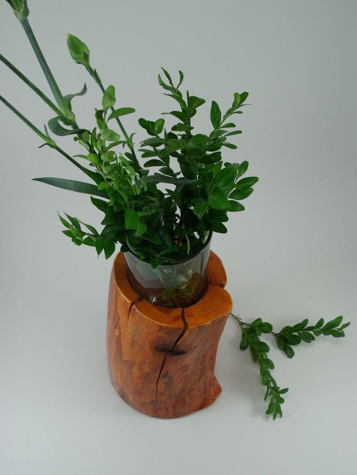 odrobina zieleni w drewnianym wazoniku