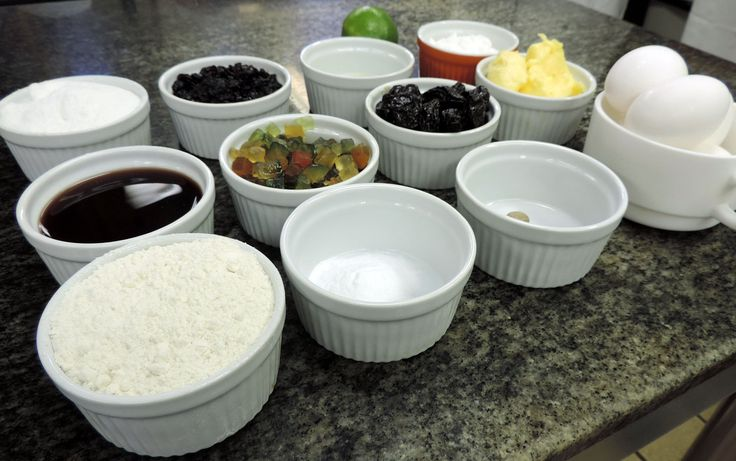 Receita leva frutas cristalizadas, ameixa, passas, vinho, noz moscada e cacau em pó, além dos tradicionais ovos, manteiga, leite, farinha e açúcar