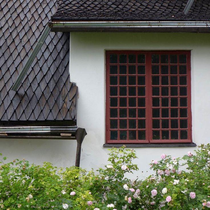 Tarvaspään ateljeessa on käytetty samoja tuttuja elementtejä kuin Tuusulanjärven rannalle samalla aikakaudella rakennetuissa taiteilijakodeissa. Tervattu paanukatto pieniruutuiset ikkunat ja graniitin käyttö ovat tyypillisiä kansallisromanttisia elementtejä. Samalla ne tuovat rakennukseen linnamaista tunnelmaa.
