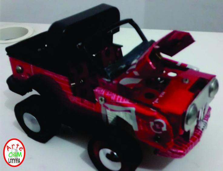 Miniatura de Jeep feito de latinha de refrigerante