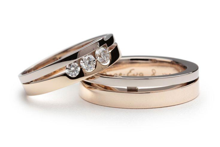 De herenring bestaat uit een geelgouden ring met een witgouden zijring die daar schuin tegenaan is geplaatst. Hierdoor is deze trouwring op de vinger iets breder dan aan de onderzijde. Bij de damesring zit er een knik in de witgouden zijring waardoor er extra ruimte is gecreëerd voor drie diamanten. De diamanten variëren in grootte en zijn naast elkaar geplaatst tussen de twee ringen.