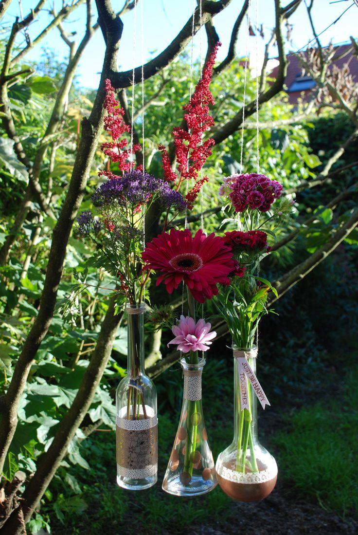 Hangende vazen - zo leuk voor in de tuin of op het balkon! Voorzie vaasjes van diverse labels, beplak, besticker of verf ze, bloemetjes erin en klaar! #bloemen #vazen #labels #hangvazen #DIY #knutselen #creatief #pons #papier #stansen #stempels #stempelset #tuin #balkon #decoratie #bloemendecoratie