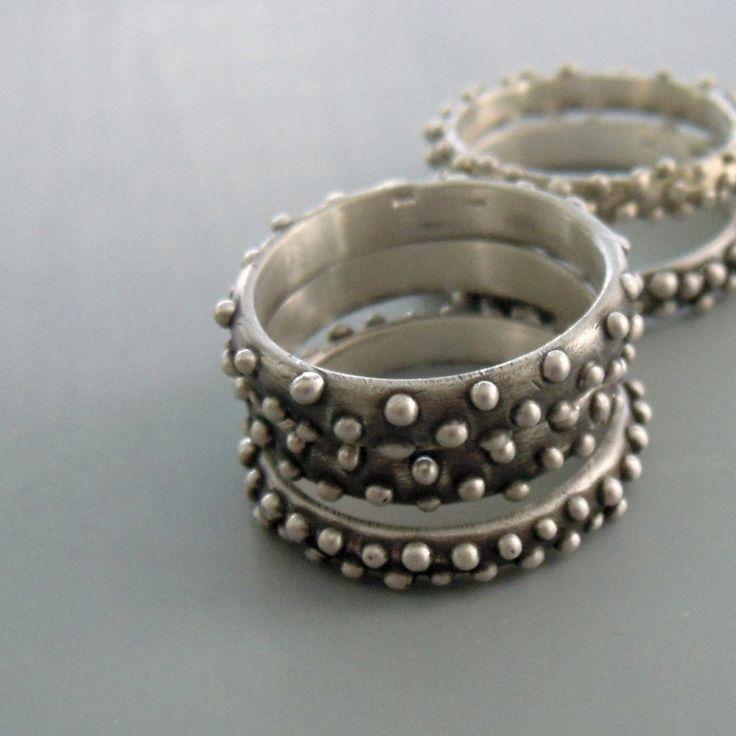 Prstýnek odlitý ze stříbra ryzosti 925/1000 zdobený granulkami.