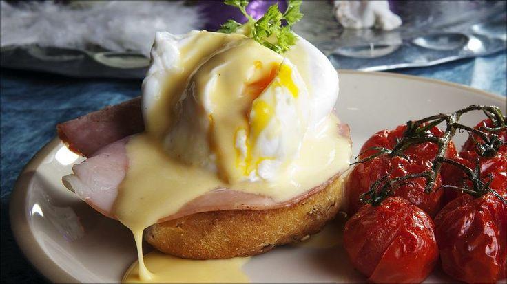Egg Benedict - Posjerte egg på søtt bakverk med skinke og hollandaise. Originalen er med engelske muffins, som du kan bake selv eller kjøpe ferdige. Eventuelt kan du bruke fine rundstykker.