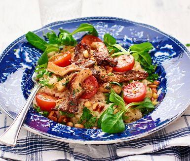 En ljuvligt krämig risotto full av smak. Riset får puttra i den umamirika buljongen tills det fått rätt konsistens och smaksätts med den kraftfulla västerbottenosten och fänkålens milda anissmak. Pricken över i:et är den stekta ostronskivlingen och de krispiga pinjenötterna som lyfter risotton till en ny nivå. Servera med en fräsch sallad på körsbärstomater och mâchesallad.
