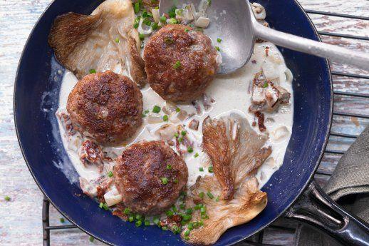 Kalbsfrikadellen mit Austernpilzen in einer vollmundigen Weißwein-Sahne-Soße.