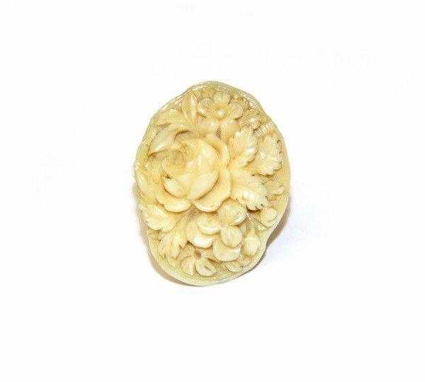 Кольцо с резной костяной вставкой в виде цветов (№6290)
