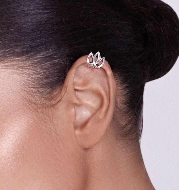 Dies ist eine spezielle und zarte Ohrklemme in Form einer keltischen Tulpe. Sie ist aus Sterlingsilber und benötigt kein Loch im Ohr. Du trägst es, indem du es von der unteren Umdrehung deines...