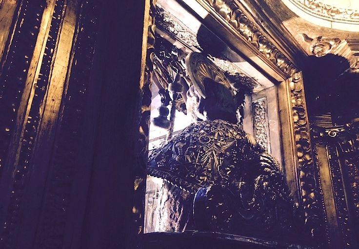 Собор Сантьяго-де-Компостела, статуя Святого Иакова в соборе, которую принято обнимать.