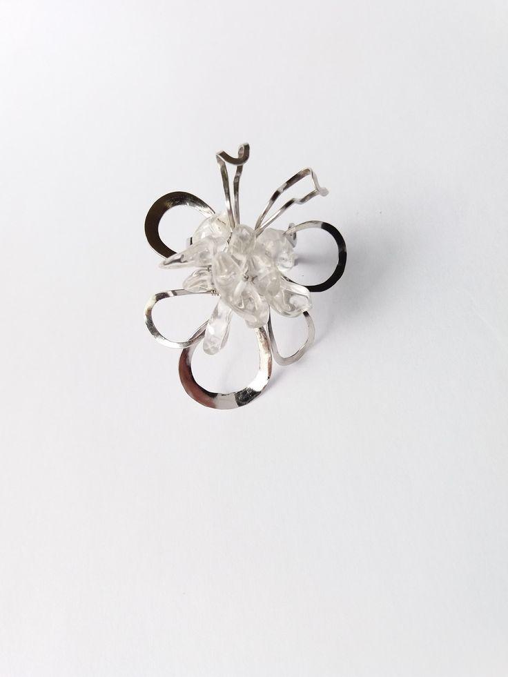 """Prsten+Nr.66+""""Křišťálový+motýl""""+Autorský+šperk.+Originál,+který+existuje+pouze+vjednom+jediném+exempláři.Vyniká+svou+lehkostí,+jedinečným+výrazem,+kouzelným+prostorovým+tvarem+a+nadčasovou+krásou+křišťálových+zlomků.+Prostorový+tvar+vždy+vypadá+velmi+lehce,+vzdušně,+zajímavě+a+na+ruce,+která+je+v+pohybu+jakoby+ožívá.+Pro+ženu+velmi+radostná..."""