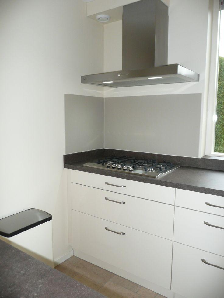 Diy maatwerk spatwand van mat glas kleur ivoor zelf ingemeten online besteld en zelf - Keuken glas werkplaats ...