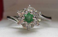 18ct witgouden ring met diamanten en smaragd