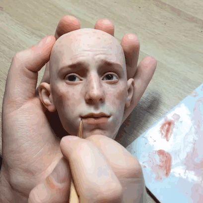 Los increíbles rostros realistas de estas muñecas creadas por un artista ruso