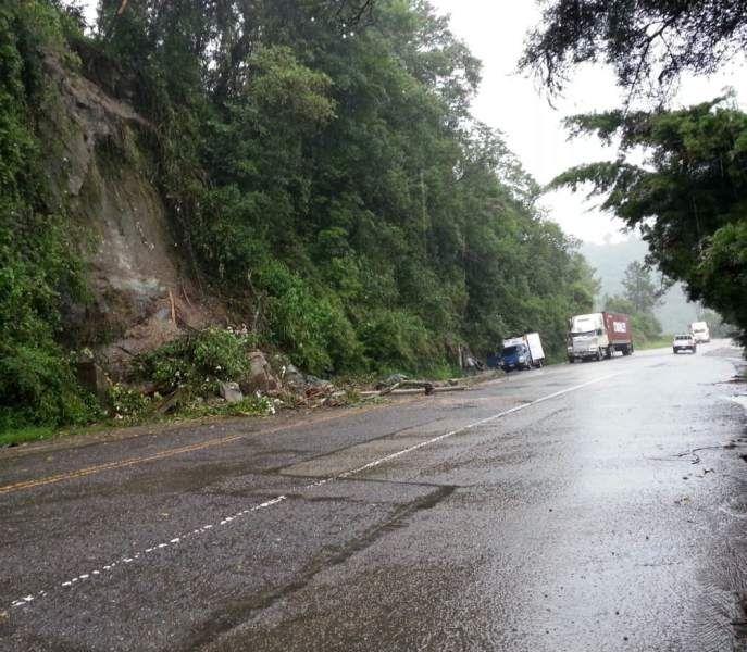 Deslizamiento de tierra en carretera entre Santa Rosa de Copán y Occidente debido a las lluvias. Amplían por 72 horas alerta verde en nueve departamentos de Honduras  http://www.elheraldo.hn/pais/883672-214/ampl%C3%ADan-72-horas-alerta-verde-en-9-departamentos-de-honduras