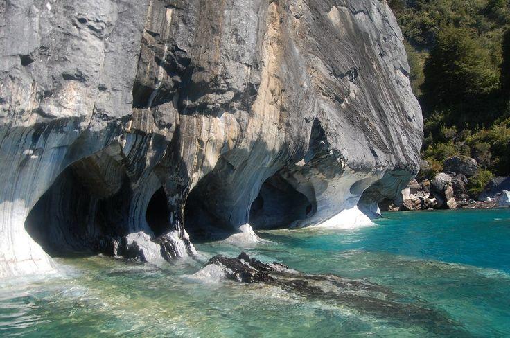 Мраморные пещеры или Мраморный собор — главная достопримечательность озера General Carrera в Чили. Это необычное место является одним из самых посещаемых в Патагонии. Лабиринт красивейших пещер располагается в высокогорном озере на полуострове из известняка. Ходы образовались вследствие вымывания водой податливой горной породы из известняковой глыбы. Этот процесс, происходивший на протяжении тысячелетий, сформировал невероятно-красивые пейзажи внутри скалы.