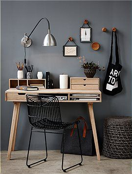 Kleiner, schöner Arbeitstisch aus Eichenholz, mit praktischen Fächern für Papiere und einer Schublade für jede Menge Krimskrams. Die Beine des Tisches sind leicht ausgestellt.