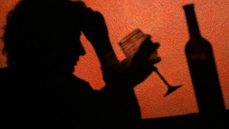 Ab ins Beet: Frau rast mit 4,1 Promille durch Leitplanke