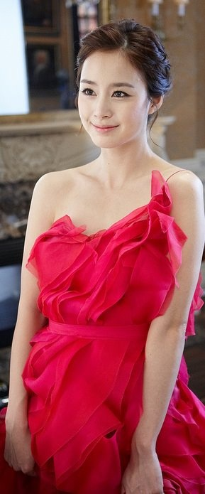 love her dress!   Korean actress Kim Tae Hee