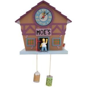 Mettez-vous à l'heure Springieldienne grâce à l'horloge coucou Simpson ! Etant à la fois un cadeau déco design et un cadeau insolite, celle-ci saura décorer votre intérieur autant qu'elle vous sera utile. Pour découvrir en exclusivité tous nos produits de la gamme gadget original et cadeau insolite, rendez-vous sur http://www.pinklemon.fr ! Pinklemon, le zeste d'idée cadeau déco.