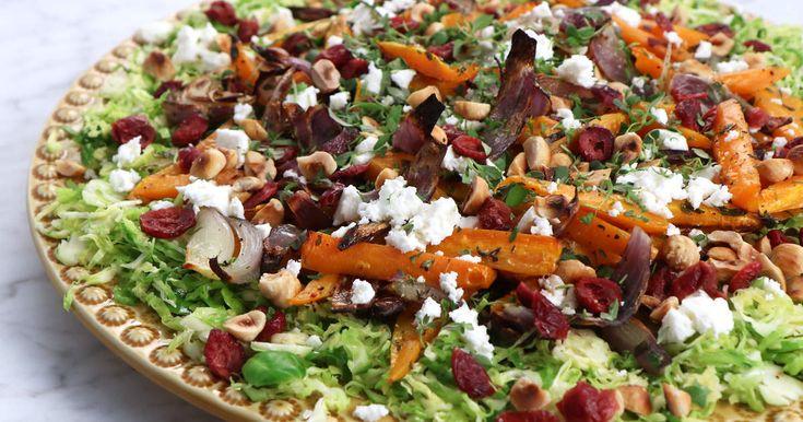 Matig, varm sallad med rostade morötter, brysselkål, fetaost och tranbär. Lika god till vardags som på Thanksgiving och julbordet.