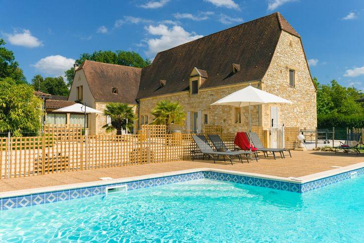 Au coeur du Périgord Noir -  La Barde - chambres d'hôtes de charme situées à 300 mètres du magnifique Château de Montfort et à 4 km de Sarlat. Dans le cadre enchanteur du Cingle de Montfort, Marie-Christine, Philippe et Laura, vous accueillent dans leur maison d'hôtes en Dordogne.