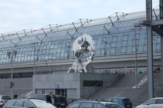 HIP - Bij een architecturale parel hoort hippe kunst. The Rolling Horse van Jürgen Goertz is half paard en half wiel.
