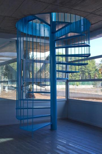 Escalera de caracol que se ilumina de la c_Avanti.  www.ooko.es
