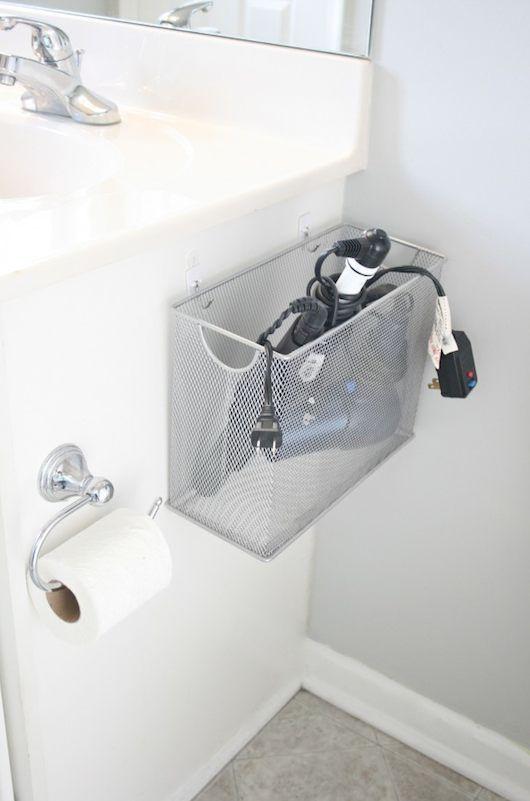 Astuce pour le rangement dans une petite salle de bain avec un panier sur le côté du lavabo ➡ http://www.homelisty.com/astuces-diy-petite-salle-de-bain/
