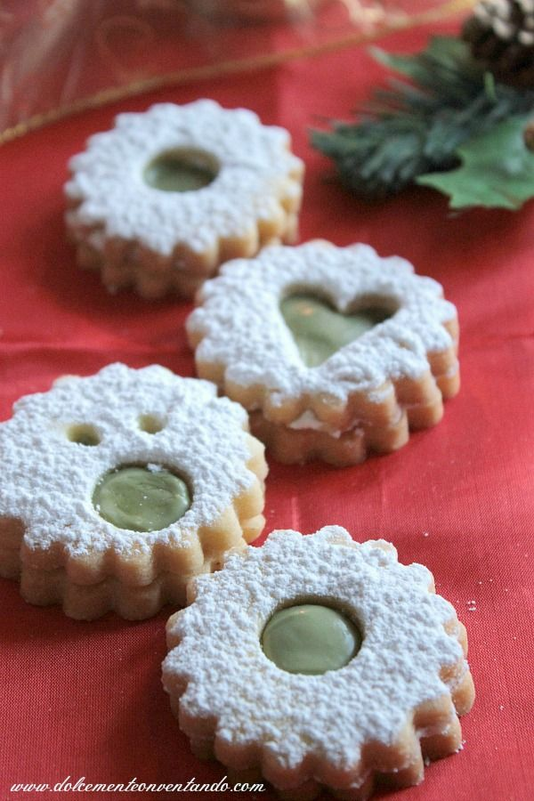 Gli Spitzbuben, biscotti tipici di Natale in Austria, Germania e Alto Adige con un tocco di meridione con della crema al pistacchio di Bron...