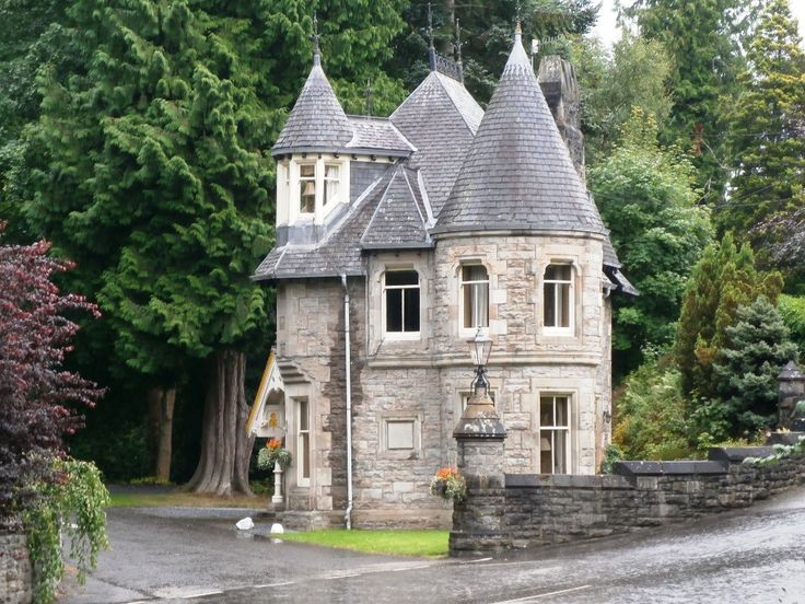 The castle-like house marks the entry to the 5 star Athol Palace Hotel ...
