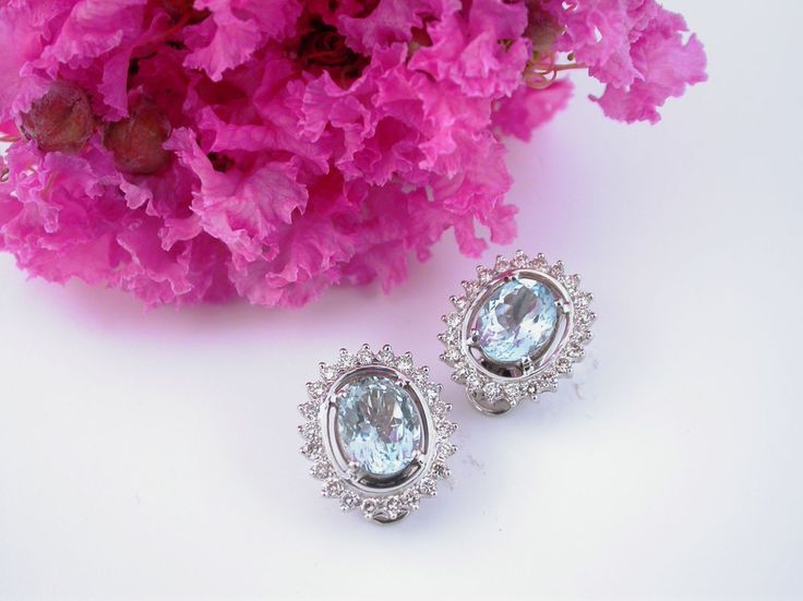Earrings - Aquemarine Ovals. 18 carat gold (kt), white gold, 11.60 grams (gr).44 white diamonds, brilliants cut, 1.25 carat (ct) (I colour VVs clarity).2 aquamarine,4.95 carat (ct) (size: 10.0 mm x 0.8 mm).External measurement: 19 mm x 17 mm.Codex: EARL.