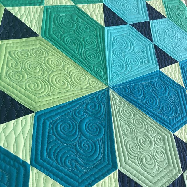 Finally quilting my #lotusquilt it's a pattern by @jaybirdquilts and I used her…