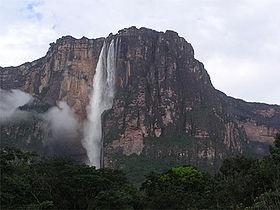 落差がありすぎて滝壺がない滝。