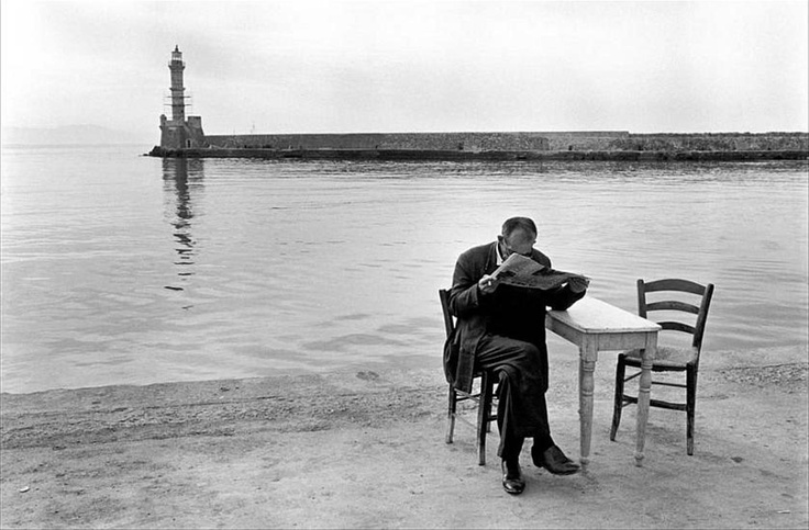 Ώρα για εφημερίδα και καφεδάκι... Χανιά 1962...    Φωτογραφία του Κων. Μάνου απο την περιπλάνηση του στην ελληνική επαρχία την δεκαετία του '60. Περιπλάνηση σε μια Ελλάδα ενός τρόπου ζωής που χαρακτηρίζονταν από την απλότητα, αμεσότητα, ολιγάρκεια...