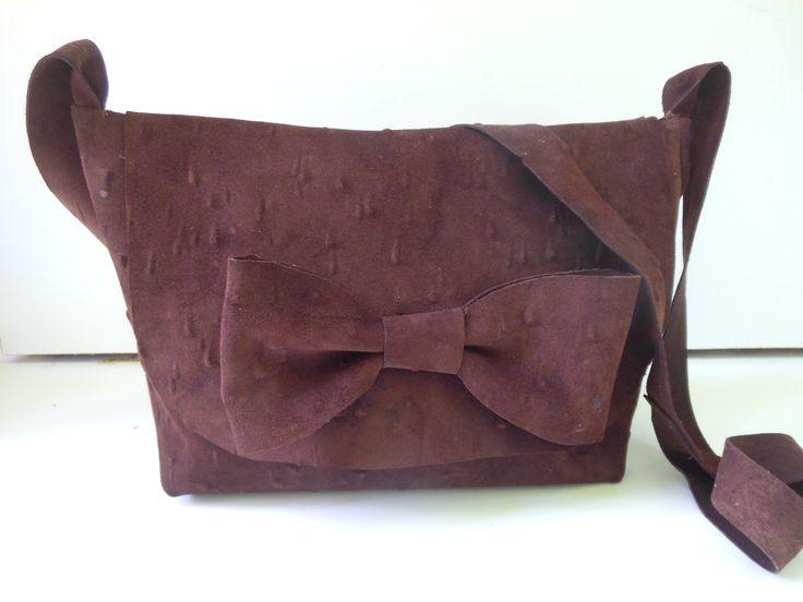 Middel grote tas met grote strik. Donker bruin.  JANET Handgemaakte tassen op FB.