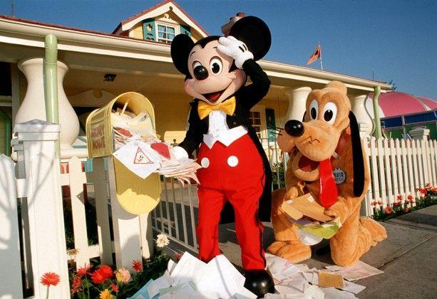 1988: Pluto helps Mickey answer fan mail.