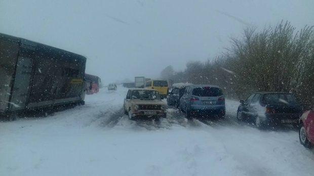 Снегопады в Украине: дороги частично заблокированы, водителей просят не выезжать