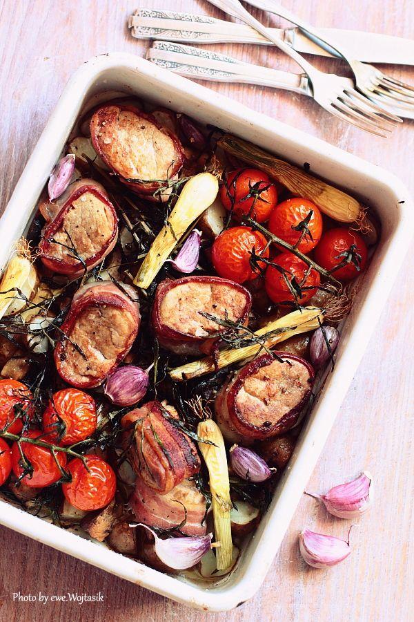 Lubię to... gotowanie!: Polędwiczki wieprzowe i boczek. Młode ziemniaki i cebula. Z piekarnika.