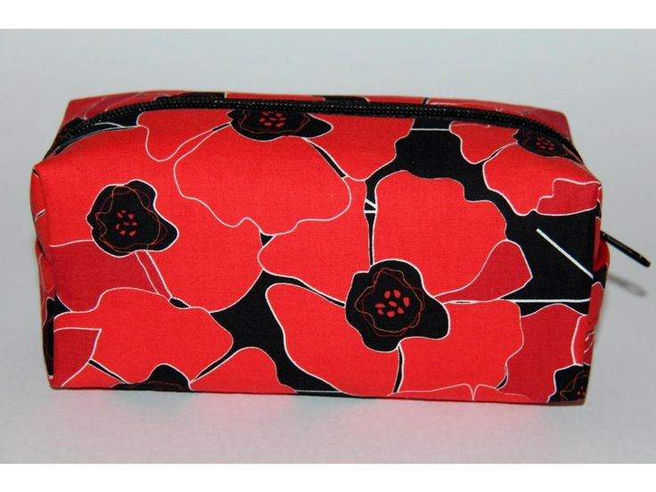 Kosmetická taštička ušitá z originální designované zahraniční látky, vyztužená, s podšívkou.