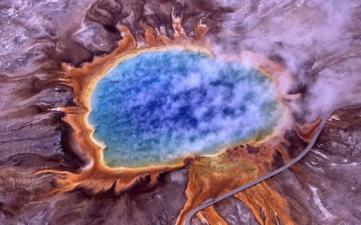La gran Fuente Prismática en los Estados Unidos Esta increíble fuente de agua termal es la mayor del país y se encuentra situada en el Parque Nacional de Yellowstone.  Los fascinantes colores de la fuente (azul, verde, naranja, rojo) se deben a unas bacterias pigmentadas que se hallan en el borde de las aguas ricas en minerales.