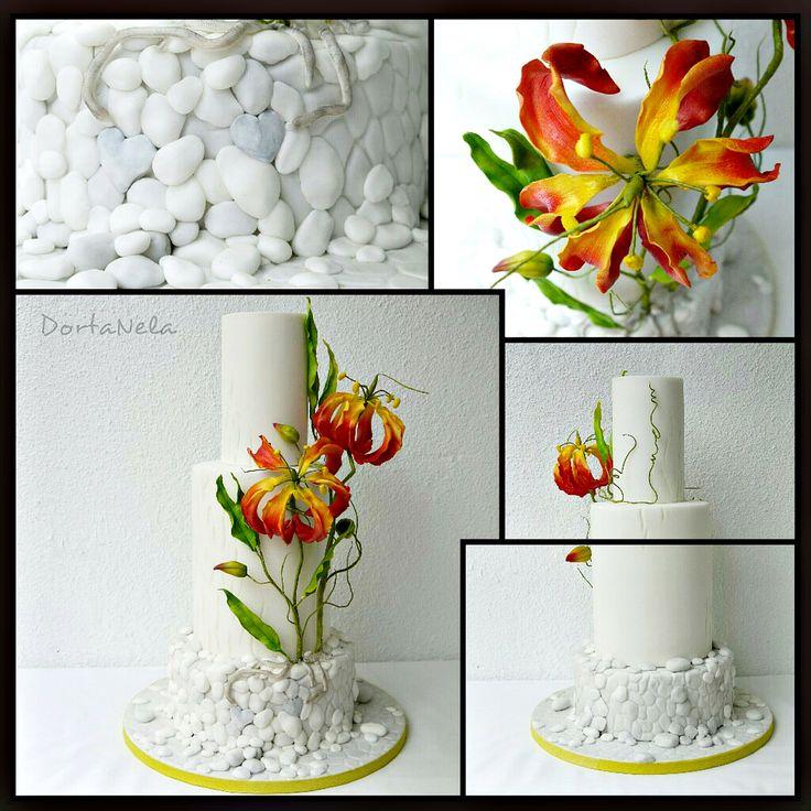 WEDDING CAKE WITH PEBBLES AND GLORIOSA (Svatební dort s oblázky a Gloriózou)