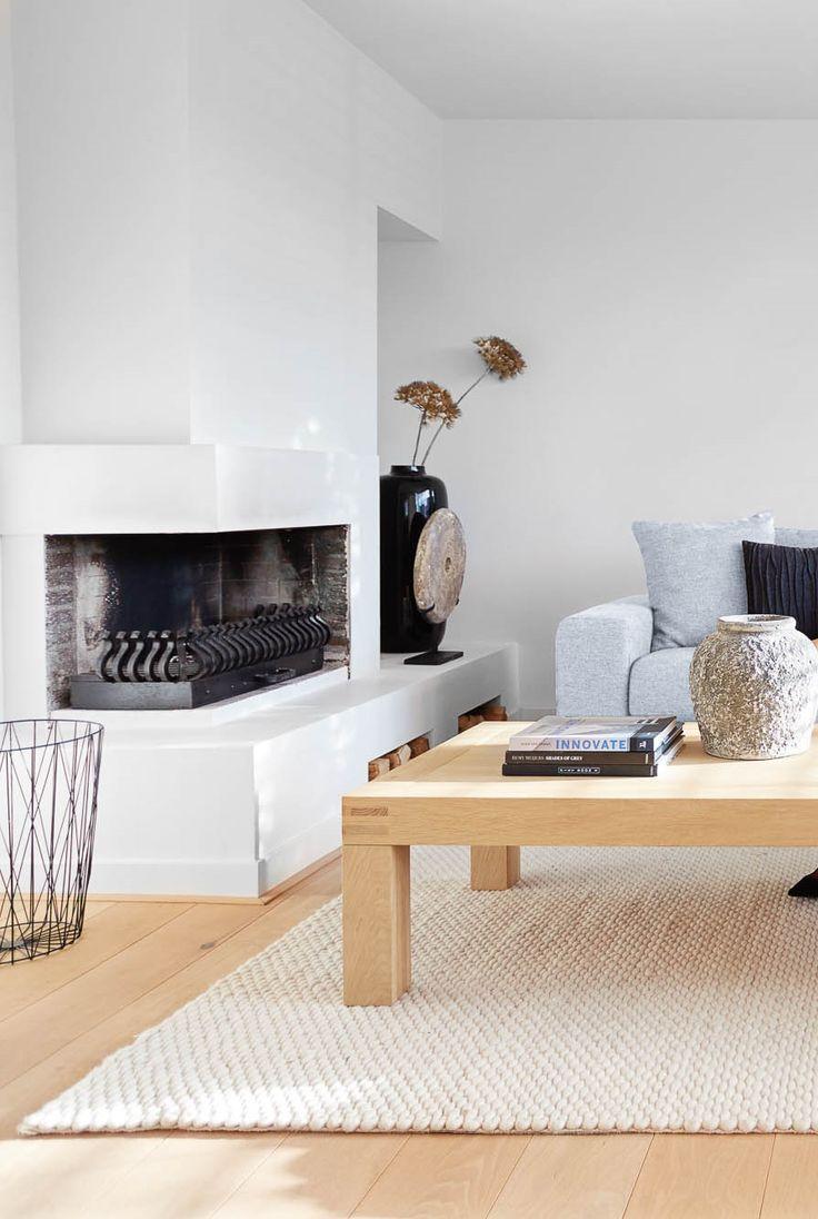 Tipje: combineer houten meubels met witte accenten voor een extra frisse uitstraling.