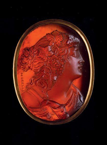 Camée ovale gravé d'une ménade de profil à droite. Sa chevelure est ornée d'une couronne de pampres Cornaline Signé MORELLI, XIXe siècle