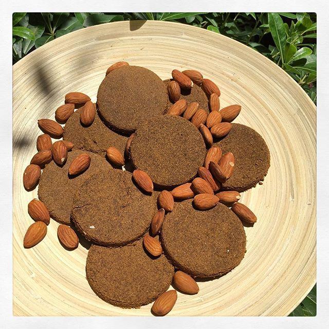 WEBSTA @ b.deliciousproject - Yine super bir tarifle geldiiiim!😋🙈🍪 Unsuz, hayvansal yagsiz ve sutsuz, glutensiz, sekersiz, islenmis gidasiz kitir kitirrr citirr citirrr bir cookieye kimse hayir diyemez bence!🎈 Vitamin E ve protein delisi bir atıştırmalık oldu! Sporculara duyuruluuur🤗💪🏻👊🏻❤️😋 --------------------------------------------------- Badem Unlu Kitir Cookie 🍪 Malzemeler😻 375 mL badem unu (yani robotta cekilmis badem)2 adet yumurta1 YK hindistancevizi yagi, eritilmis2…