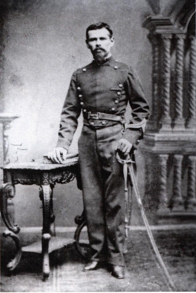Cazador a Caballo, que lleva una chaquetilla corta azul con cuello, puños y pechera verde.