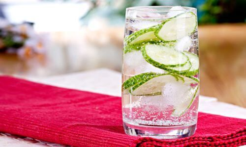 V tomto receptu však využijeme sílu a synergického efektu. Účinek na tělo bude ten, že urychlí metabolismus, posilní imunitní systém a detoxikuje tělo, protože tuk se často tvoří proto, aby izoloval v těle toxiny. Vyplavením toxinů se zároveň sníží i potřeba tuků! ingredience: 3 dcl čisté vody 1/2 středně velké okurky 2 cm odřezek kořene …