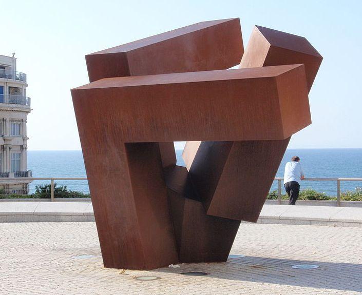 Homenaje al caserío vasco. Escultor Jorge Oteiza. Biarritz (Francia)