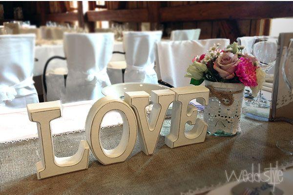 """♥♥♥ Große """"Love"""" Buchstaben aus Holz für Hochzeit und Tischdekoration. www.weddstyle.de/hochzeit-buchstaben.html"""