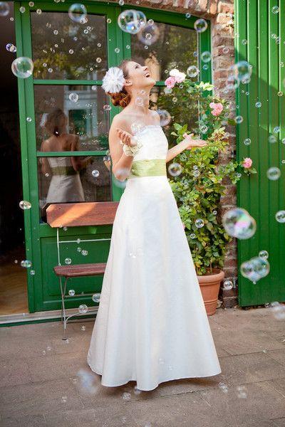 brautkleid mit grünen details und gefälteltem organza (http://www.noni-mode.de) long cut strapless wedding dress with green waistband and silk organza.
