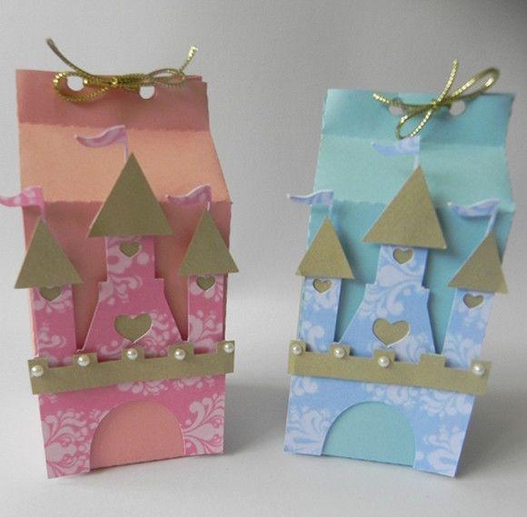 Uma festa de princesa tem que ter mimos delicados, como estas caixinhas de castelo!  Caixinha imitando forma de caixa de leite para colocar lembrancinhas ou guloseimas que quiser (não acompanham o produto).  Acompanha fita para fazer o laço  Caixa confeccionada com papel impresso ou de scrapbook ...